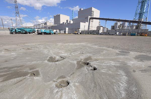 苫東厚真発電所の建屋近く未舗装の駐車場では所々で液状化の痕跡がみられた(20日、厚真町)