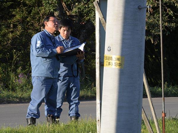 道道10号千歳鵡川線の安平町から厚真町までの区間は通行規制が行われていたが、19日解除に。北海道電力の社員が配電設備の状況確認を急いでいた