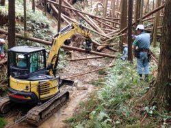 倒木被害からの早期復旧に向け林業用重機5台を導入した(台風24号時の復旧作業)