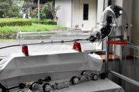 自由自在に体を曲げながら配管内部を撮影するヘビ型ロボット
