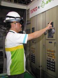 CEATEC JAPANに出展したポケット・クエリーズのデモ。点検ポイントに立つと自動で異常判断し自動作成した点検報告書を送信するなど将来イメージを体感できる