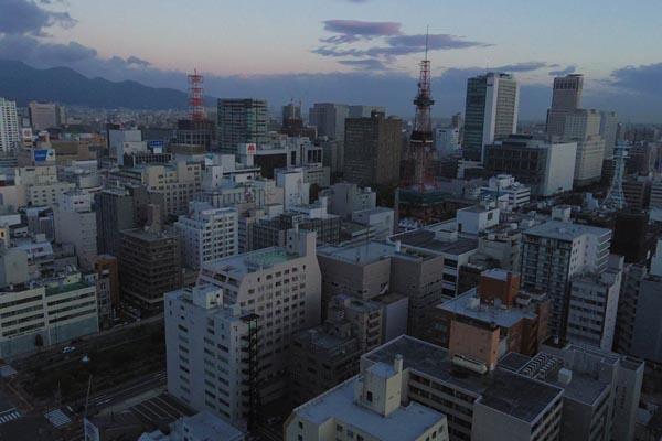地震による影響で停電した札幌市内(6日未明)。ビルの非常灯が消えている