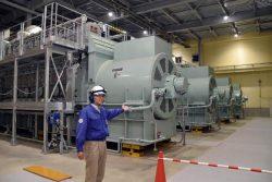 報道陣に公開された発電所内部。7800kWのガスエンジンが10台設置されている
