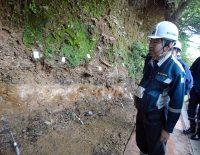 火山灰の堆積状況を確認する石渡委員(代表撮影)