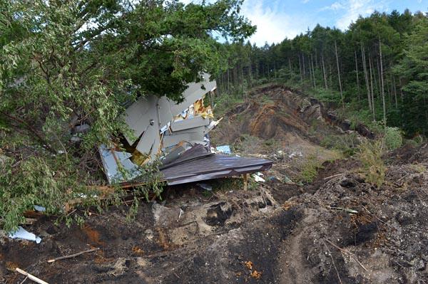 電気新聞も7日に記者を苫小牧地方に派遣。厚真町では土砂崩れで家屋が倒壊していた