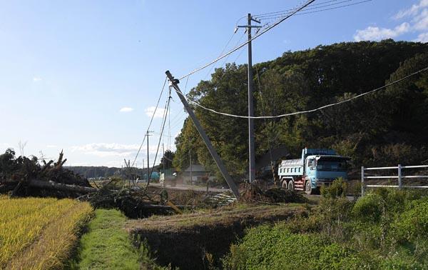 土砂崩れによる配電設備の被害を8日に確認した地域を再び訪れると、倒壊した電柱の隣に新たな電柱が立ち、電線が引かれていた(20日、厚真町)