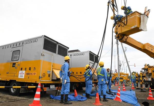 いち早く駆けつけた東北電力送配電カンパニー秋田支社の応援部隊。厚真町内で応急送電に向けた作業を行っていた