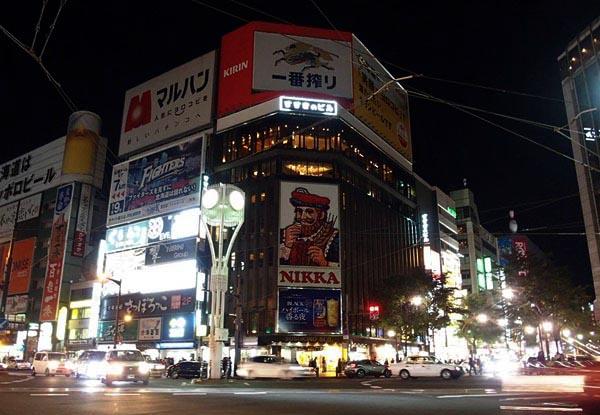需給の逼迫から国や北海道、北海道電力は10日から2割の節電を呼びかけた。札幌市の繁華街・すすきのではニッカウヰスキーの大看板のネオンも、説節電のため消灯した(10日)