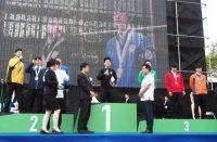 受賞を喜ぶ電工職種の入賞者。中央が金賞の清水選手(6日、那覇市)