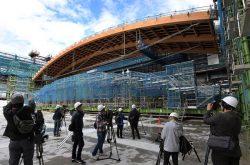 報道陣に公開された有明体操競技場の建設現場。木材をふんだんに使用しているのが特徴だ