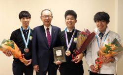 大野社長(左から2人目)に凱旋報告した選手(右から長谷川さん、清水さん、小蔦さん)