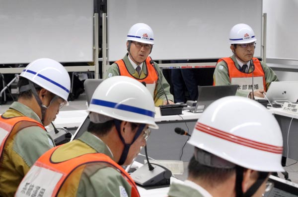 中部電力は6日、南海トラフ巨大地震による大規模停電と原子力災害を想定した2018年度の全社防災訓練を実施した。本・支店と3社内カンパニー、浜岡原子力発電所から約1万人が参加した。写真は、非常災害対策本部長として指揮する同社の勝野哲社長(奥左)