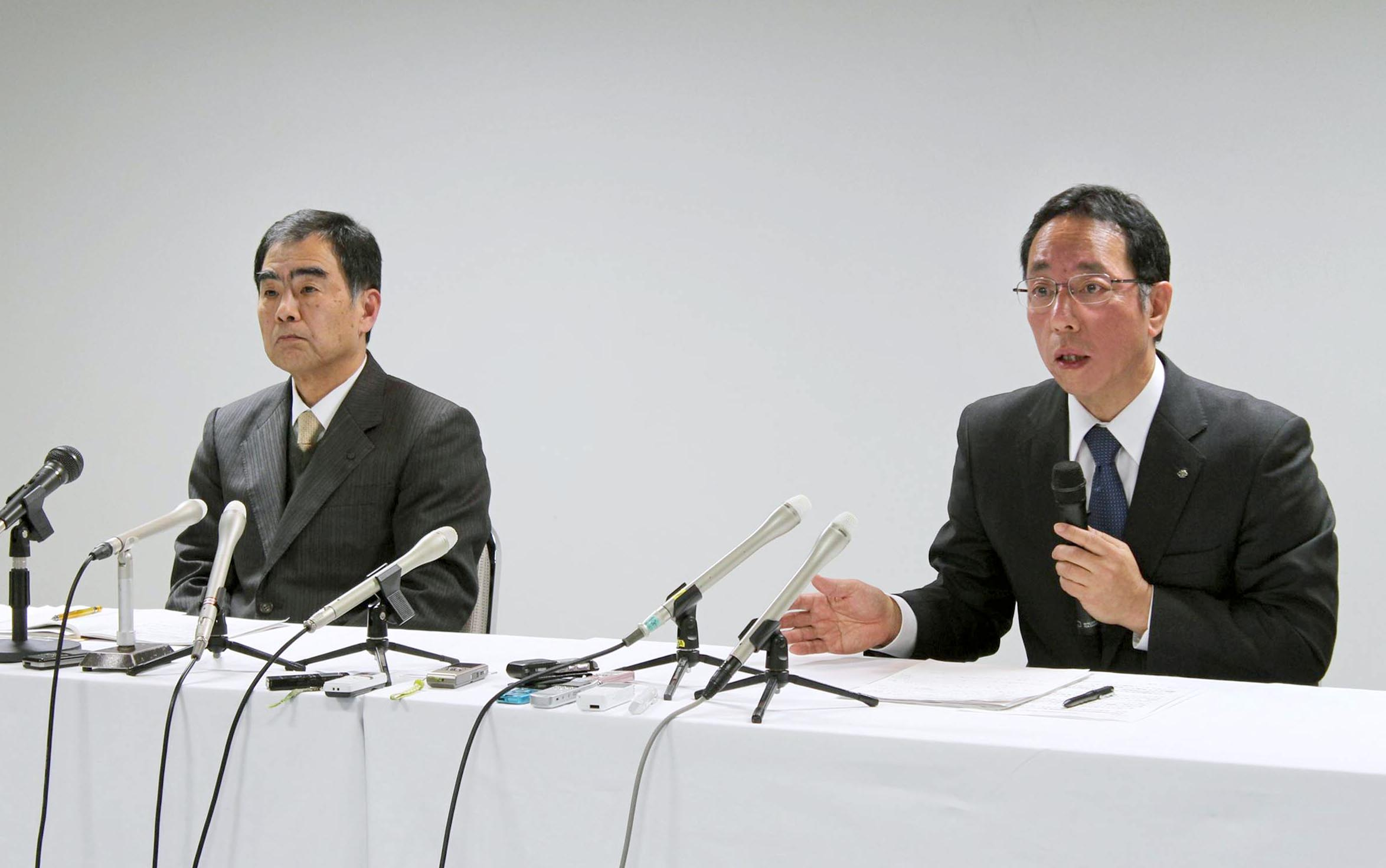 日本原燃は7日に都内で開いた臨時取締役会で、増田尚宏特別顧問の取締役就任を内定した。臨時株主総会などを経て正式に決定し、1月1日付で社長に就く見込み。工藤健二社長は相談役に退く。写真は同日、青森市内で行われた会見に臨む増田特別顧問(右)と工藤社長