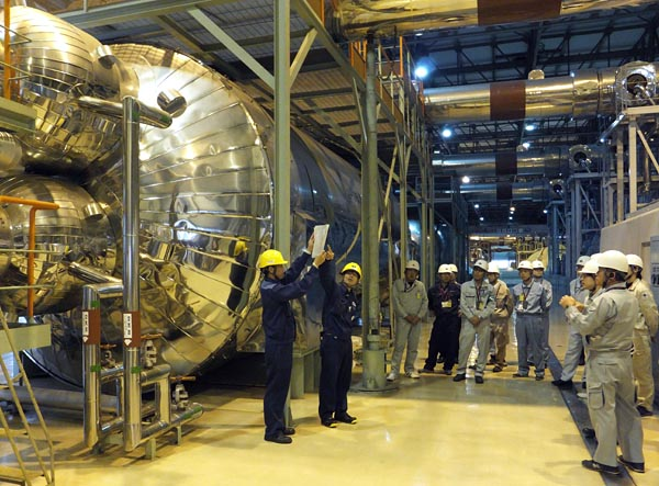 若狭湾エネルギー研究センター・福井県国際原子力人材育成センターは4日、2018年度では3回目となる「原子炉施設廃止措置技術研修」を、関西電力大飯発電所で初めて実施した。県内に事務所を置く16社から計20人が参加した。写真は大飯1、2号機タービン建屋内で、1号機湿分分離加速器を見学する研修生ら