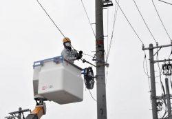 新工法で通信ケーブルを敷設する作業員