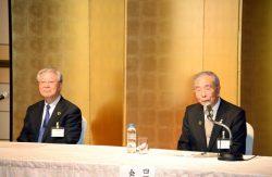 懇談会終了後に会見する四経連の千葉会長(右)と経団連の中西会長