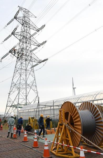 中部電力が2016年7月から進めている田原湖西線の送電線張り替え工事が最盛期を迎えている。その現場が15日、報道陣に公開された=写真。田原湖西線は田原変電所(愛知県田原市)と湖西変電所(静岡県湖西市)を結ぶの送電線