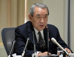 年頭会見であいさつする松本会長