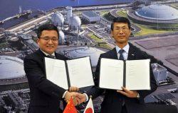 LNG売買契約を結んだ静岡ガスの岸田社長(右)とクリーン・エナジーのユー会長