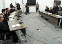 6市村の首長に再稼働を目指す意向を伝える村松社長(右)