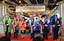 宮本支店長(右)らがテープカットを行いイベントの開催を祝った