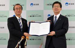 協定書を取り交わす原田社長(右)と花角知事