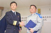 協定書に署名した第十管区海上保安本部の遠山本部長(左)と池辺社長